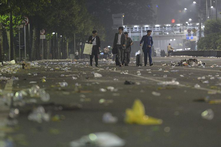 Sejumlah WNA asal Jepang melintas di Jalan MH Thamrin pasca-kericuhan Aksi 22 Mei, Jakarta, Kamis (23/5/209) dini hari. Aksi unjuk rasa berujung ricuh terkait penetapan hasil rekapitulasi suara Pemilu 2019 oleh KPU terjadi di depan Kantor Bawaslu, berlangsung dari Selasa (21/5/2019) siang dan berlanjut hingga Rabu.