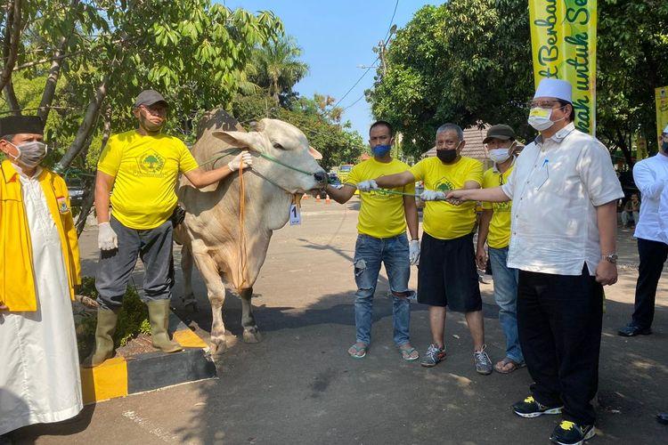 Para kader Golkar saat menyerahkan hewan kurban kepada panitia kurban DPP Partai Golkar, Jumat (31/07/2020).