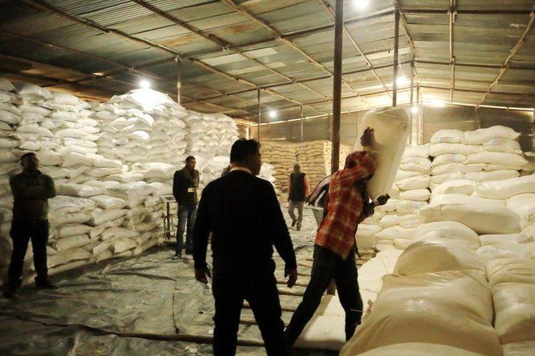 Persediaan beras di gudang persediaan bahan pangan.