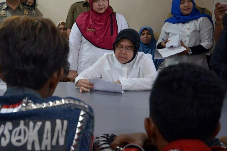 Wali Kota Surabaya, Tri Rismaharini memberi pengarahan kepada lima pelajar yang kedapatan mabuk lem di kantor Satpol PP Kota Surabaya, Senin (19/11/2018)