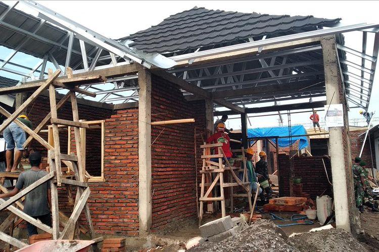 Proses rehabilitasi dan rekonstruksi rumah tahan gempa di Kabupaten Lombok Barat, beberapa waktu lalu.