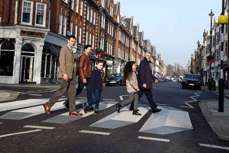 Zebra cross 3 dimensi (3D) di persimpangan St John Wood High Street, Westminster, Inggris.