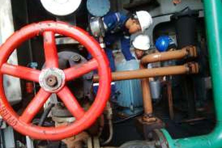 Pekerja memberi pelumas di mesin penggerus batu bara di PLTU PJB UBJOM Paiton 9