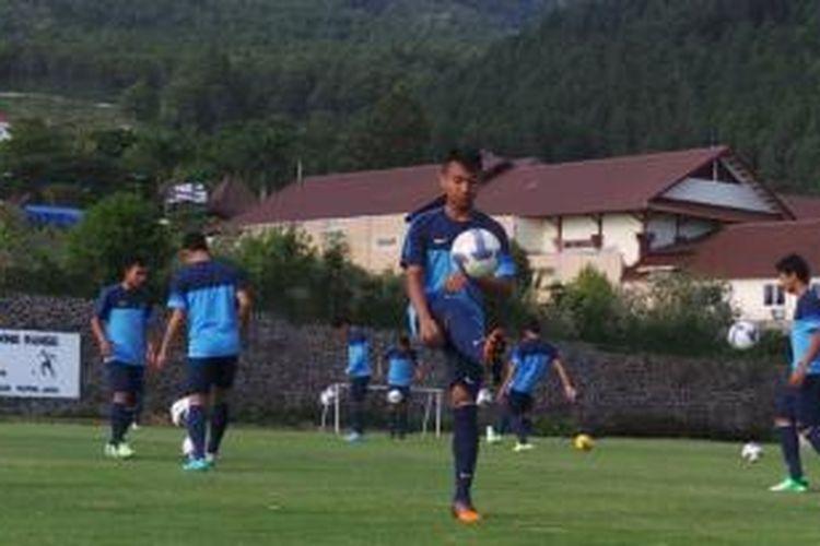 Gelandang tim nasional Indonesia U-19, Muhammad Hargianto, berusaha mengontrol bola dalam pemusatan latihan yang digelar di lapangan Hotel Kusuma Agrowisata, Batu, Jawa Timur, Sabtu (9/11/2013) pagi.
