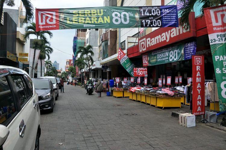 Suasana Pasar Baru Jakarta Pusat nampak sepi pengunjung, Selasa (4/5/2021).