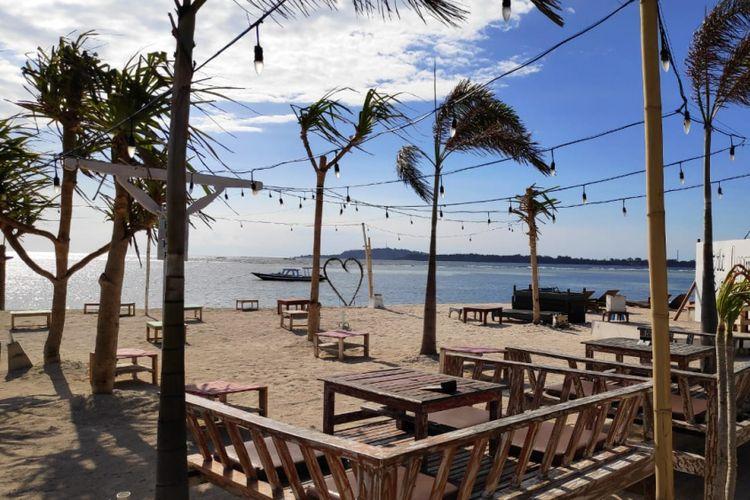 Kondisi restoran di tepi pantai Gili Air terpantau sepi.