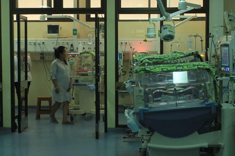 Kristina Adriani (29) saat melihat dua anaknya yang masih dirawar di dalam inkubator usai dilahirkan. Kristina sebelumnya melahirkan empat orang anak kembar. Namun, dua diantaranya meninggal akibat paru-paru tak berkembang, Rabu (11/9/2019).