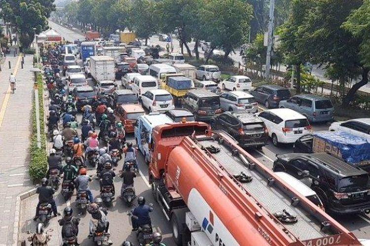 Jalan Salemba Raya Jakarta Pusat macet total pada hari ketiga penerapan  Pemberlakuan Pembatasan Kegiatan Masyarakat (PPKM) Darurat, Senin, (5/7/2021).