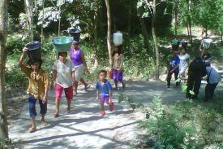 Warga Desa Trebungan Kecamatan Taman Krocok, Bondowoso Jawa Timur harus berjalan sejauh 2 KM untuk mendapatkan air bersih, Minggu (15/9/13)