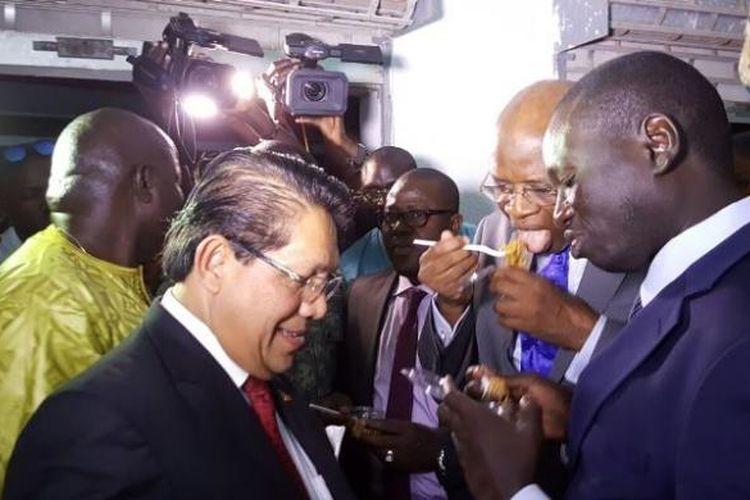 Dubes RI untuk Senegal Mansyur Pangeran mencicipi Mie Sedap bersama pengusaha Senegal Serigne Mboup dan Menteri Abdoul Aziz Tall dalam pameran perdagangan intenasional di Kaolack, Senegal.