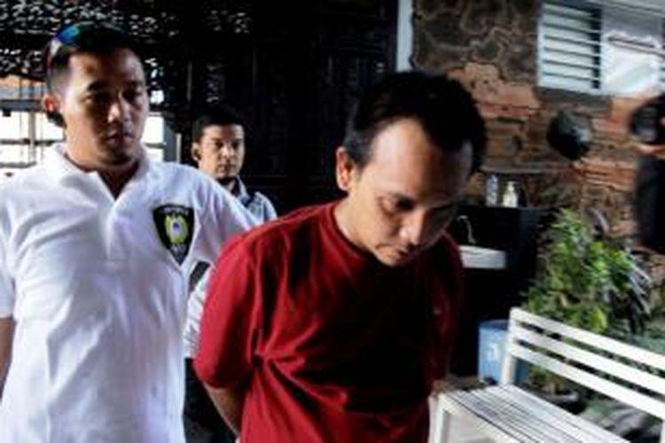Tersangka S saat dibawa Tim Mabes Polri ke Jakarta.