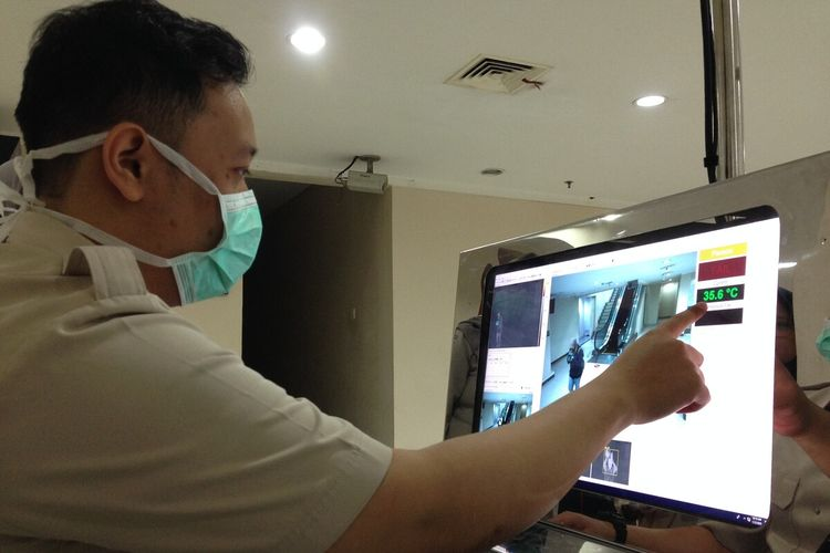Seorang petugas sedang mengoperasikan alat thermal scanner di Bandara Internasional Adi Soemarmo, Boyolali, Jawa Tengah, Kamis (23/1/2020).