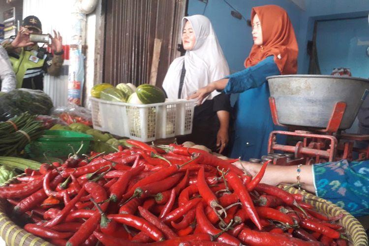 Pedagang cabai Pasar Pagi Kota Tegal, Jawa Tengah mengeluh menurunya omzet penjualan di tengah harga yang meroket, Jumat (24/1/2020)