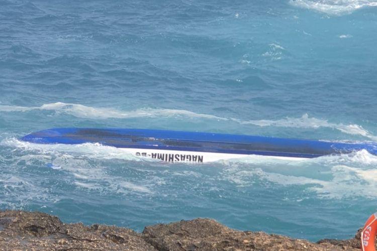 Kapal cepat atau boat yang terbalik dihantam gelombang di Devil Tear, Nusa Lembongan, pada Senin (16/9/2019) lali.