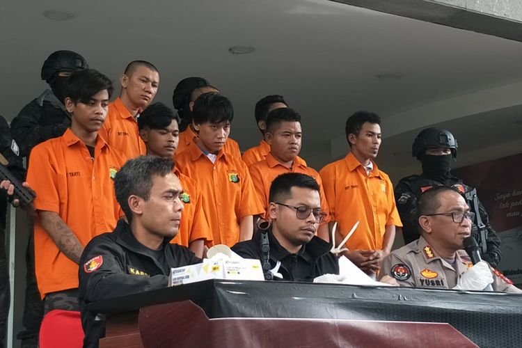 Polda Metro Jaya menangkap anggota geng motor bernama Akram (tiga orang dari kiri) yang biasa melakukan aksi begal dengan merampas handphone milik korban. Foto diambil di Polda Metro Jaya, Jakarta Selatan, Jumat (21/2/2020).