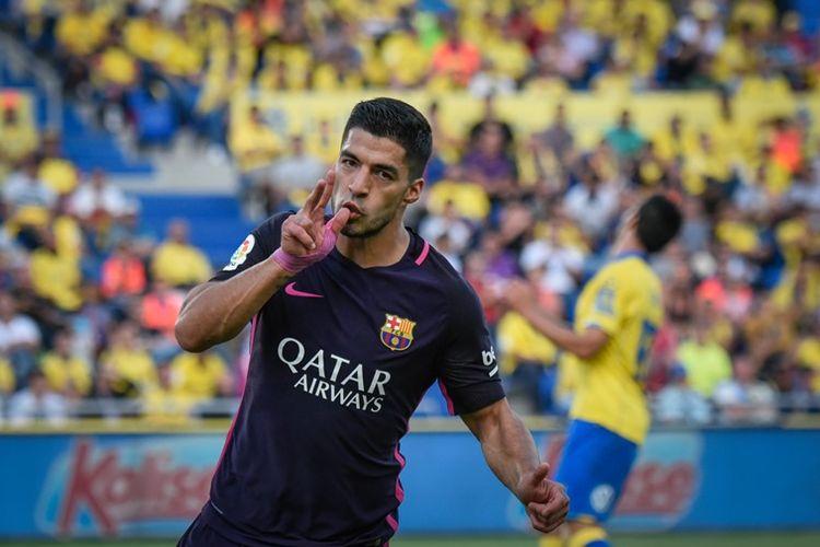 Penyerang Barcelona, Luis Suarez, berselebrasi seusai membobol gawang Las Palmas di Stadion Gran Canaria pada 14 Mei 2017.