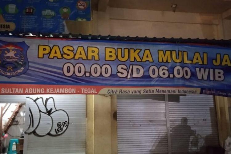 Spanduk pengumuman pasar diperbolehkan buka mulai pukul 00.00 hingga 06.00 WIB terpampang di depan pintu masuk pasar di Kota Tegal, Jumat (5/2/2021) malam (Foto:Dinas Koperasi, UMKM, dan Perdagangan Kota Tegal)