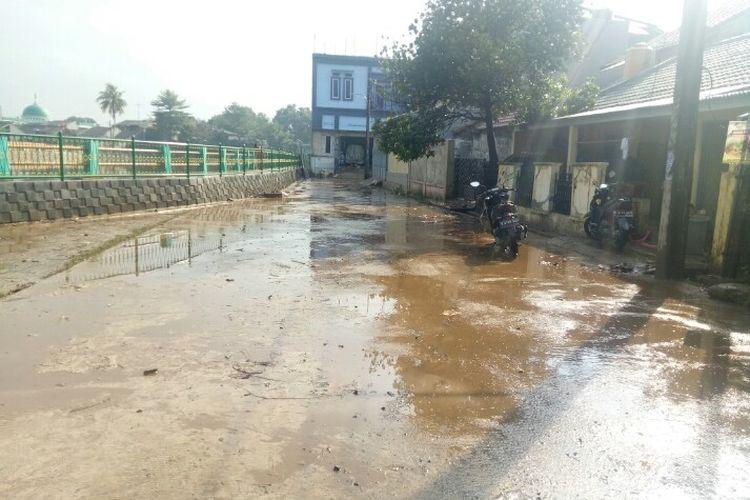 Banjir melanda Perumahan Bukit Pamulang Indah (BPI), Tangerang Selatan, terjadi sejak Minggu (26/1/2020) malam. Selain soal debit air yang tinggi, banjir tersebut diduga akibat pompa air yang berada di perumahan tersebut tak semua berfungsi.