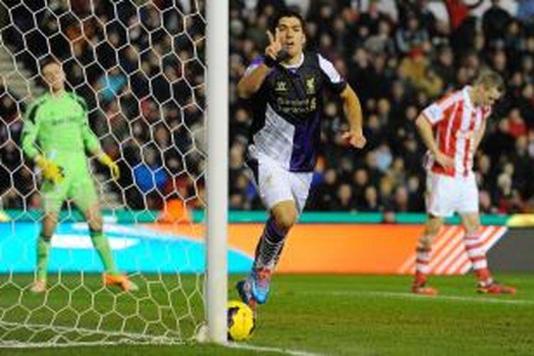 Striker Liverpool, Luis Suarez, saat mencetak gol keduanya ke gawang Stoke City pada lanjutan Premier Laegue di Stadion Britania, Minggu (12/1/2014). Liverpool menang 5-3 pada pertandingan tersebut.