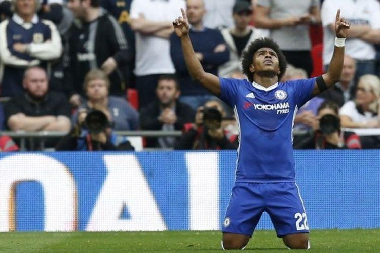 Pemain Chelsea, Willian, melakukan selebrasi setelah mencetak gol ke gawang Tottenham Hotspur di pertandingan semifinal Piala FA di Stadion Wembley, Sabtu (22/4/2017) waktu setempat.