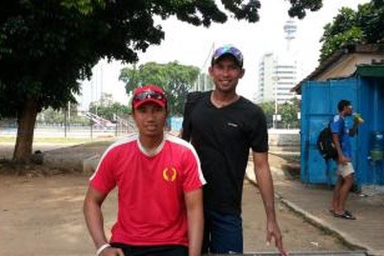 Pemain voli pantai Indonesia, Koko Prasetyo (kanan), berpose bersama Andy Ardiansyah, mantan rekan satu timnya yang kini menjadi pelatih, di lapangan ABC Gelora Bung Karno, Senayan, Rabu (20/8/2014).