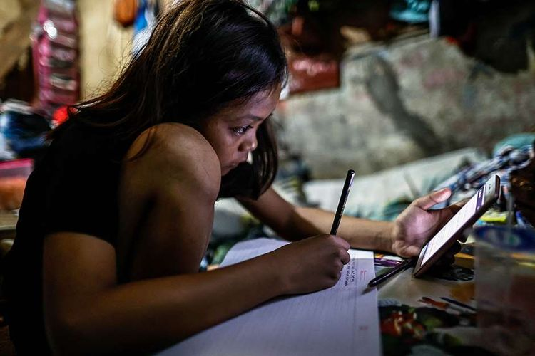 Saphira Anjani, siswi SMP Negeri 40, melakukan pembelajaran jarak jauh di dalam rumahnya di RT 003 RW 006 Bendungan Hilir, Tanah Abang, Jakarta Pusat, Rabu (12/8/2020). Selama pandemi Covid-19, Anak-anak memanfaatkan televisi yang ada untuk mengikuti pelajaran sekolah yang disiarkan oleh TVRI.  Selain itu, mereka juga mengerjakan tugas sekolah yang diberikan oleh guru melalui aplikasi pesan singkat.