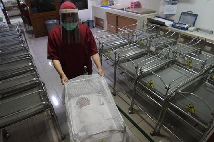 Beberapa rumah sakit menerapkan langkah-langkah yang lebih ketat untuk proses persalinan.