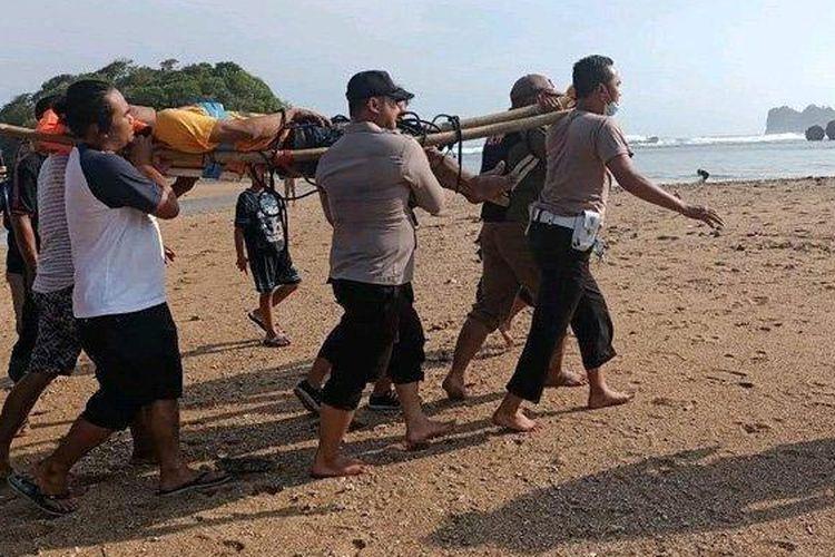 Demi bisa bikin konten video menarik selama kegiatannya berlibur, dua wisatawan asal Gresik tewas terhempas ombak Pantai Banyu Meneng, Kecamatan Bantur, Kabupaten Malang, Minggu (30/5/2021). (Surya/Erwin)