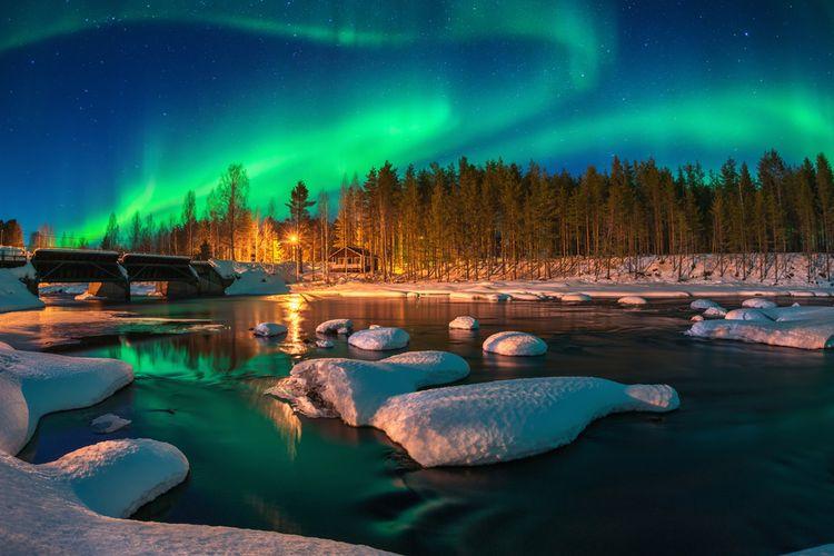 Ilustrasi panorama aurora borealis atau northern lights. Fenomena langit berupa cahaya warna-warni tampak menari-nari.