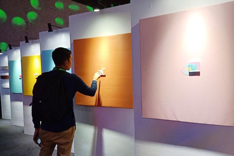 Seorang pengunjung mencoba produk sakelar terbaru Schneider Electric pada acara Tren Smart Home & Interior Tahun 2020 di Hallf Patiunus, Jakarta,(21/11/2019).