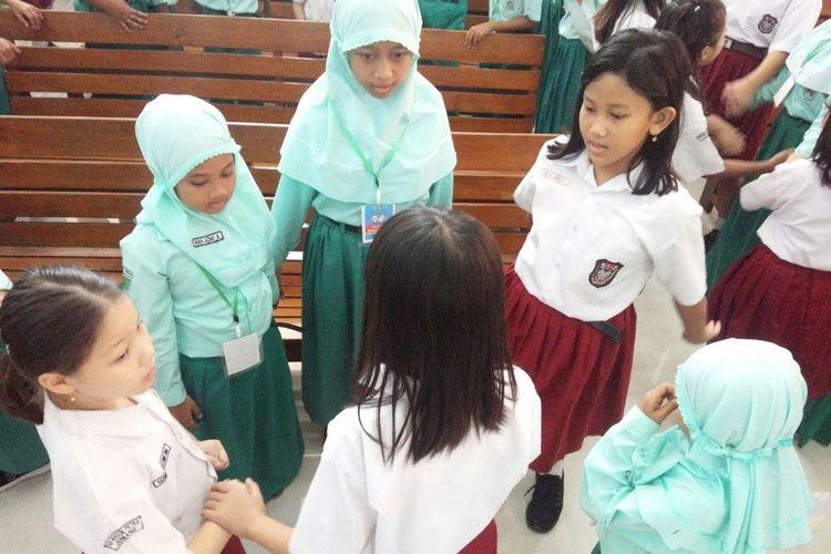 Suasana pertemuan para murid dari SD Islam Arrahman Perak Jombang dan SD Kristen Petra Jombang, di Gereja Kristen Indonesia (GKI) Jombang, Jawa Timur, Selasa (5/11/2019).