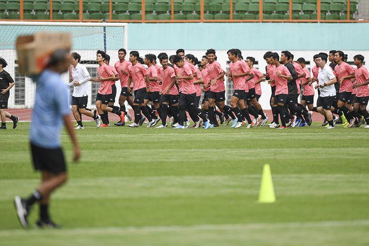 Sejumlah pesepak bola mengikuti seleksi pemain Timnas Indonesia U-19 di Stadion Wibawa Mukti, Cikarang, Bekasi, Jawa Barat, Senin (13/1/2020). Sebanyak 51 pesepak bola hadir mengikuti seleksi pemain Timnas U-19 yang kemudian akan dipilih 30 nama untuk mengikuti pemusatan latihan di Thailand.
