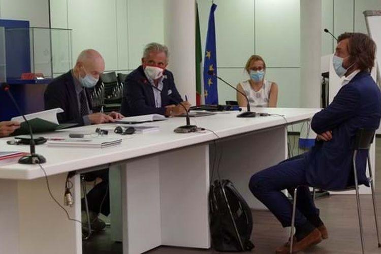 Andrea Pirlo menghadapi para penguji dalam tes lisensi UEFA Pro di markas FIGC (PSSI-nya Italia) di Coverciano, Italia, Senin (14/9/2020).