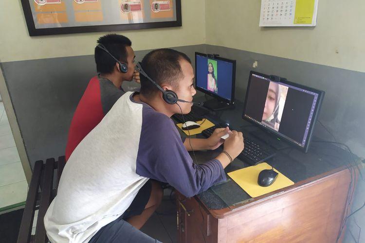 Tahanan di Lapas kelas II A Jember melakukan video call dengan keluarganya karena kunjungan ditutup sementara