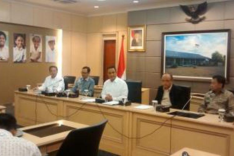 Menteri Pendidikan dan Kebudayaan (Mendikbud) Anies Baswedan, Kamis (9/4/2015), melakukan video conference dengan semua Kepala Dinas Pendidikan dari masing-masing provinsi di Indonesia. Mendikbud memastikan persiapan pelaksanaan UN tahun ini berjalan lancar.