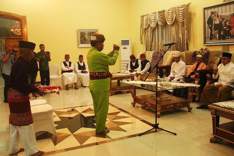 Motonggeyamo, tradisi masyarakat Gorontalo dalam menentukan 1 Syawal. Tradisi ini masih berlanjut dengan hanya mendengarkan pengumuman pemerintah.