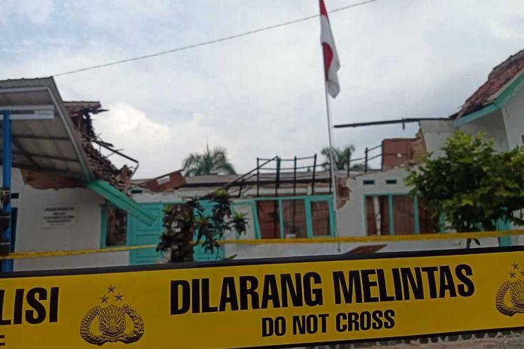 Atap bangunan Sekretariat IPSI dan Kantor BNN ambruk di Jalan RA Kosasih, Sukabumi, Jawa Barat, Kamis (3/9/2020).