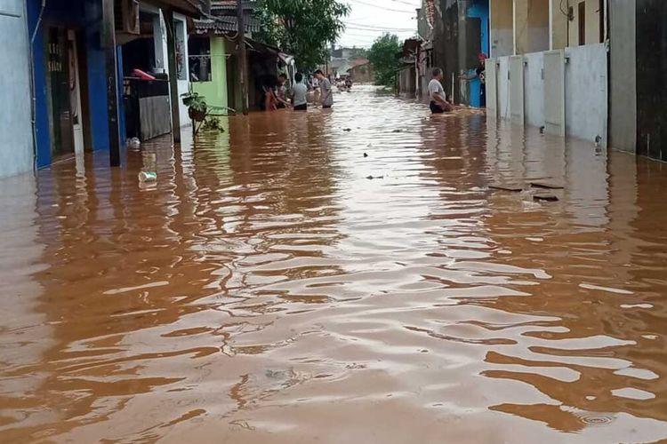 Banjir melanda Perum Bumi Mutiara Indah 1, Desa Dawuan Tengah, Kecamatan Cikampek, Karawang, Minggu (7/2/2021).
