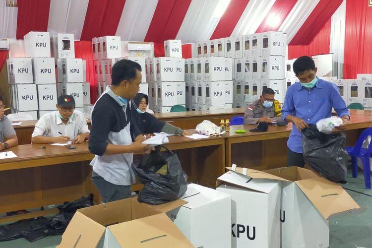 Sejumlah komisioner KPU Nunukan Kaltara membuka kotak suara Pilkada Nunukan 2020, langkah tersebut dilakukan sebagai persiapan menghadapi gugatan Paslon Bupati nomor urut 2 di MK yang dijadwalkan perdana pada 28 Januari 2021