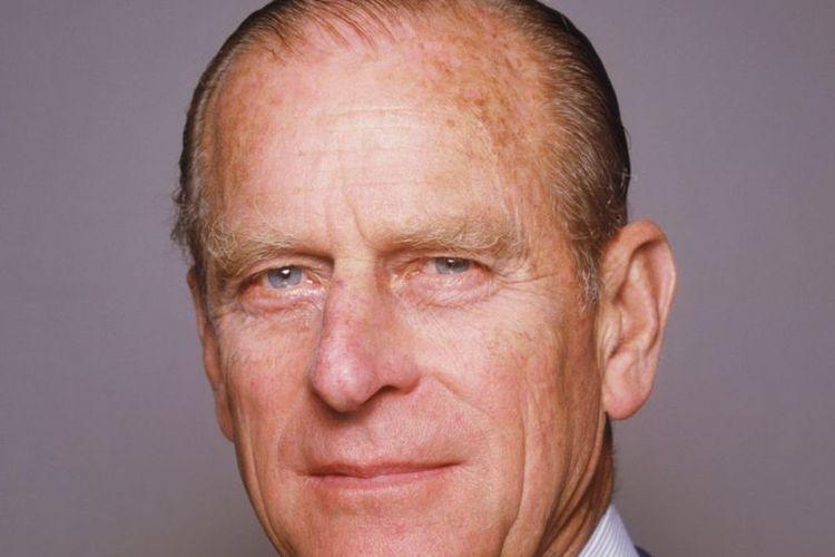 Pangeran Philip melepas gelar keturunan Yunani dan menjadi warga negara Inggris sebelum menikah dengan Putri Elizabeth ketika itu.