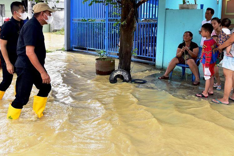 Gubernur Sumut Edy Rahmayadi meninjau banjir yang menggenangi Kota Tebingtinggi, Sabtu (28/11/2020)