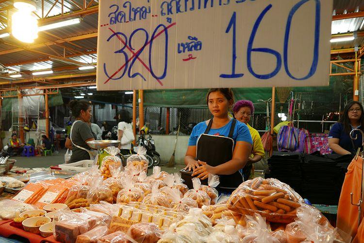 Salah satu gerai makanan di Klong San Market.