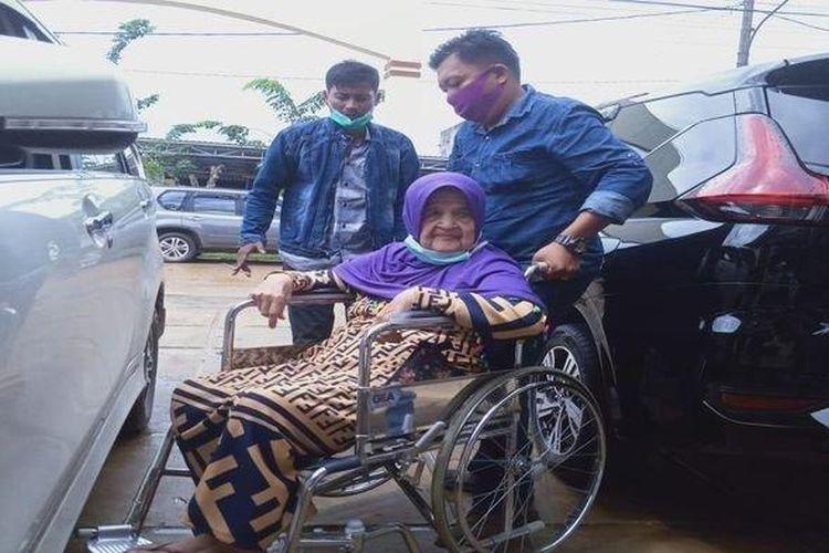 Darmina duduk di kursi roda didorong oleh Angga (cucu) yang digugat oleh ke empat anak kandung perempuan ke Pengadilan Negeri Pangkalan Balai, terkait warisan, Kamis (23/7/2020)