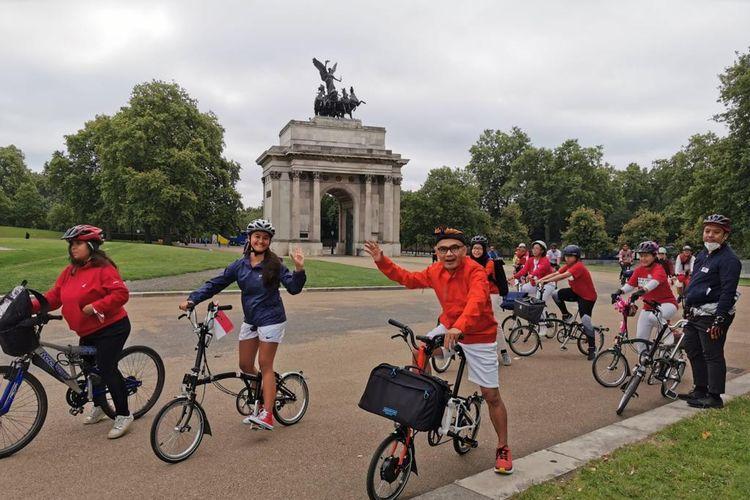 Warga Indonesia mengikuti kegiatan bersepeda yang digelar KBRI London pada Minggu (15/8/2021).