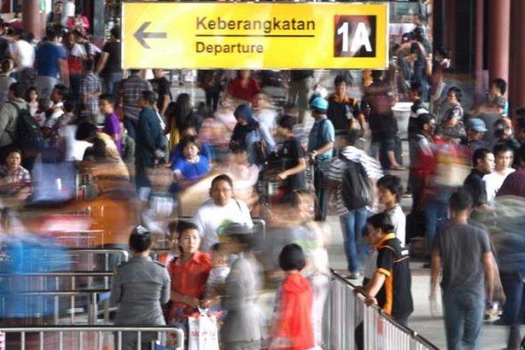 Ilustrasi: Calon penumpang memasuki gerbang keberangkatan di Terminal 1A Bandara Soekarno-Hatta, Banten.