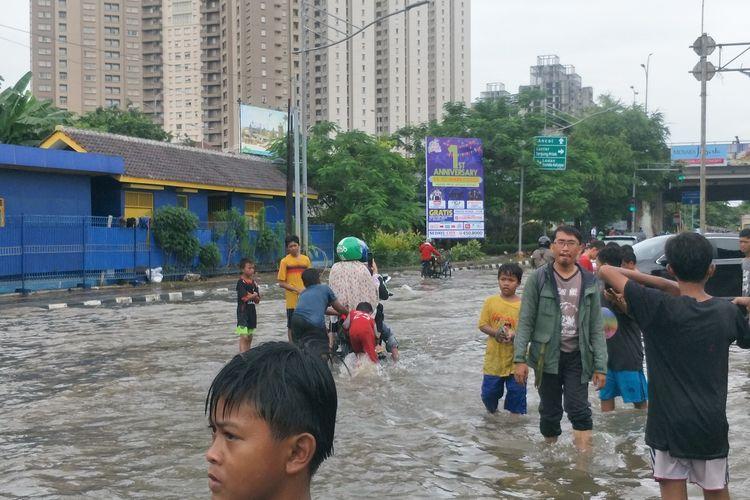 Banjir di Jalan Gunung Sahari, Pademangan, Jakarta Utara pada Selasa (25/2/2020) siang.