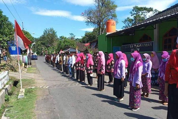 Warga RW 10 Dusun Belon mengikuti upacara peringatan Proklamasi Republik Indonesia.