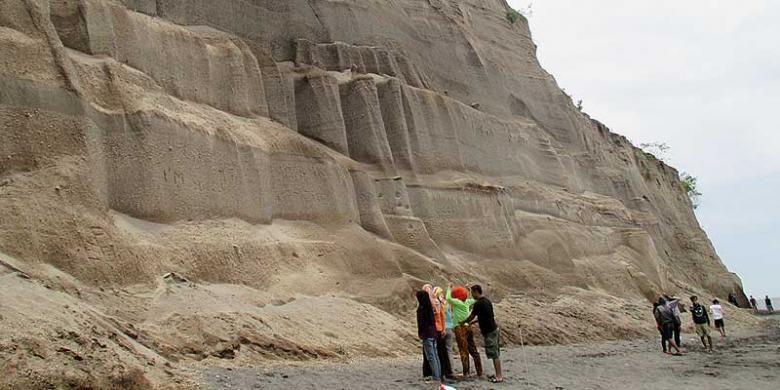 Pantai Tebing, Dusun Luk, Desa Sambi Bangkol, Kecamatan Gangga, Lombok Utara, Nusa Tenggara Barat. Tebing pasir itu adalah monumen letusan dahsyat Gunung Rinjani Tua atau Samalas tahun 1257.