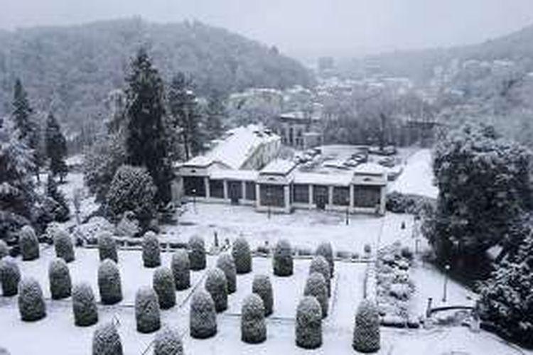 Suasana Karlovy Vary usai hujan salju dilihat dari Hotel Imperial.
