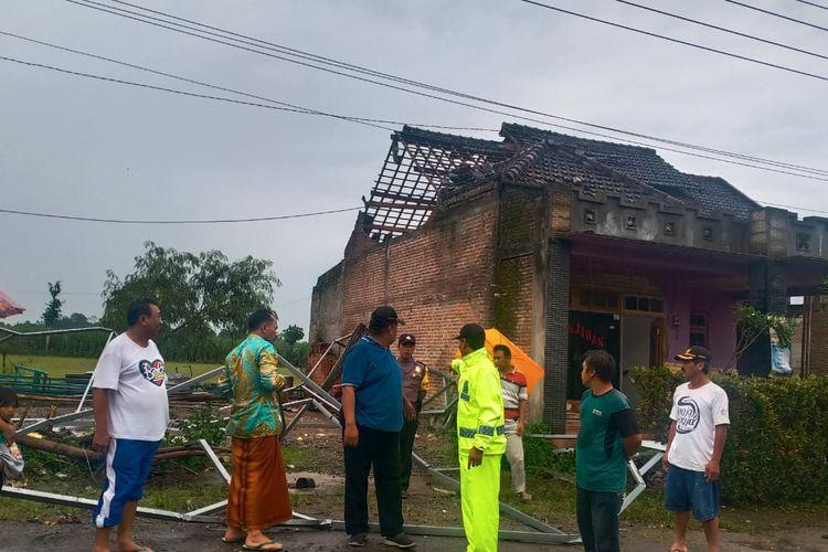 Personil Polsek Kandat, Kediri, Jawa Timur, saat melihat salah satu rumah warga yang rusak akibat angin kencang, Minggu (1/3/2020).